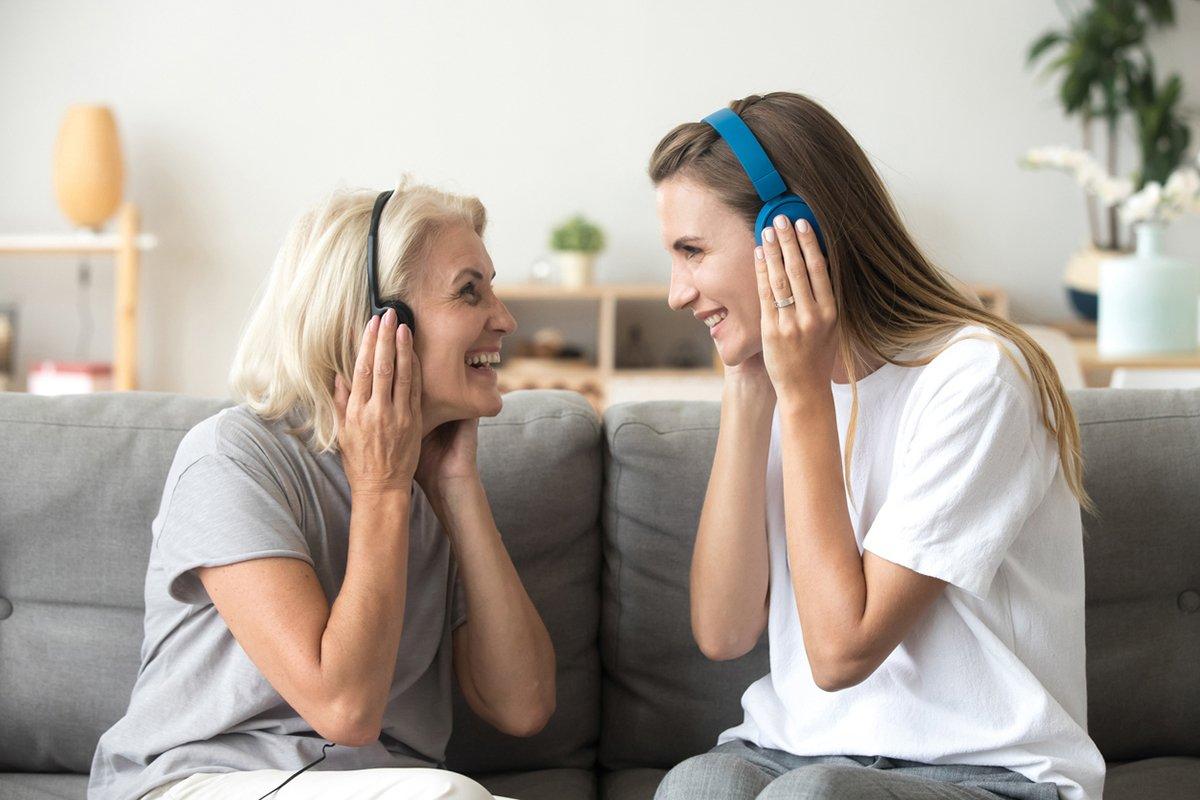Mujer y joven escuchan audio