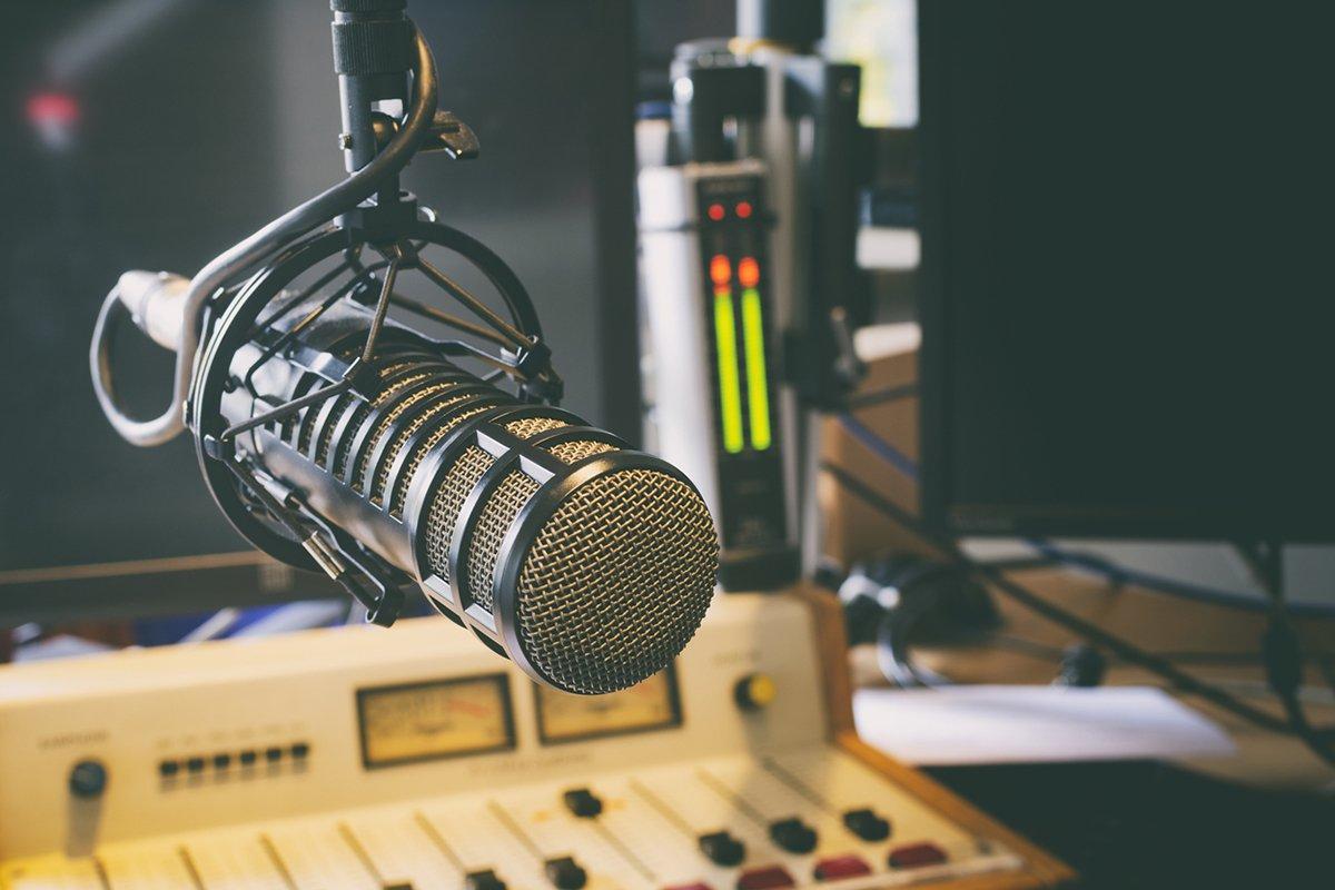 Micrófono y mesa de mezclas