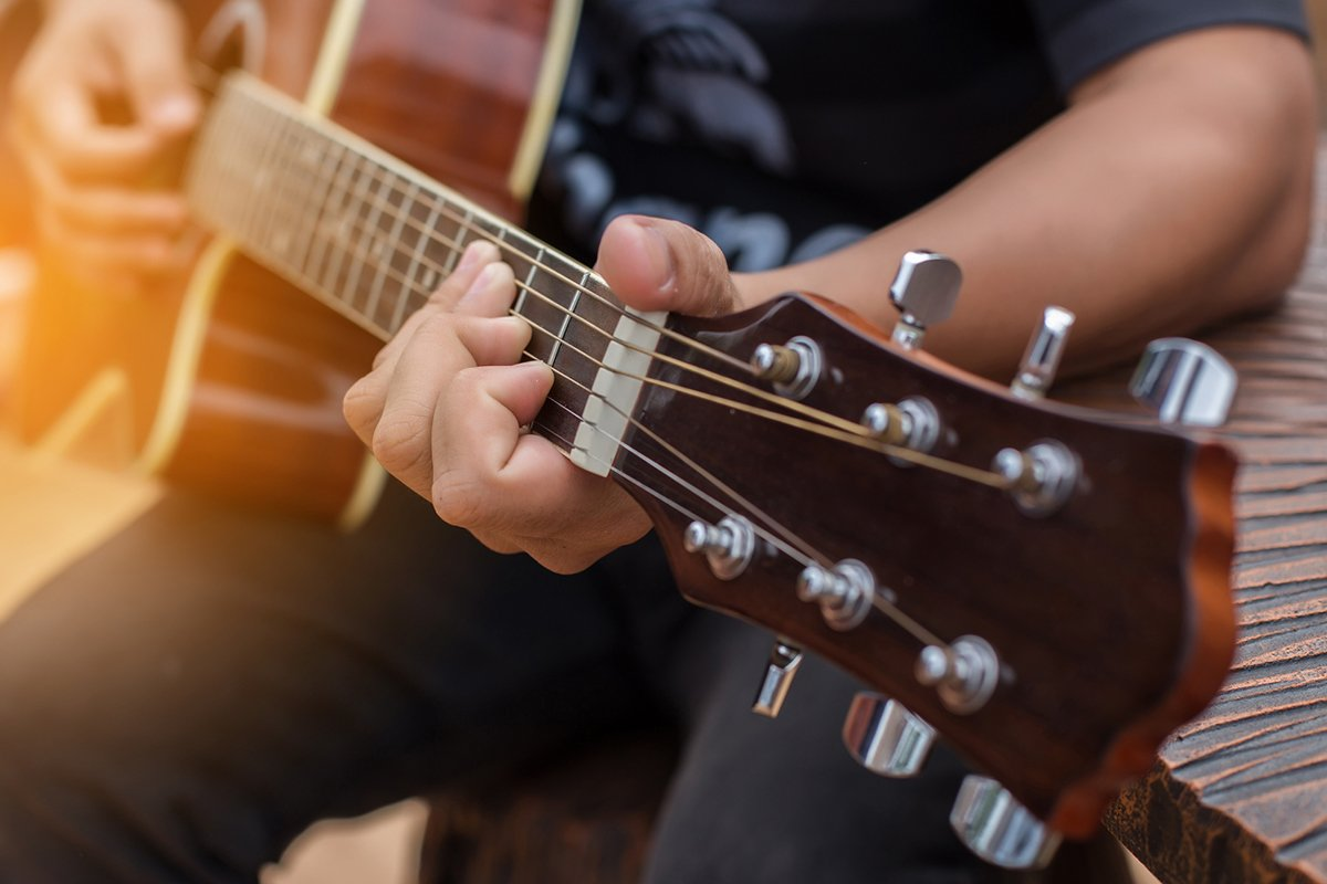 Persona toca la guitarra