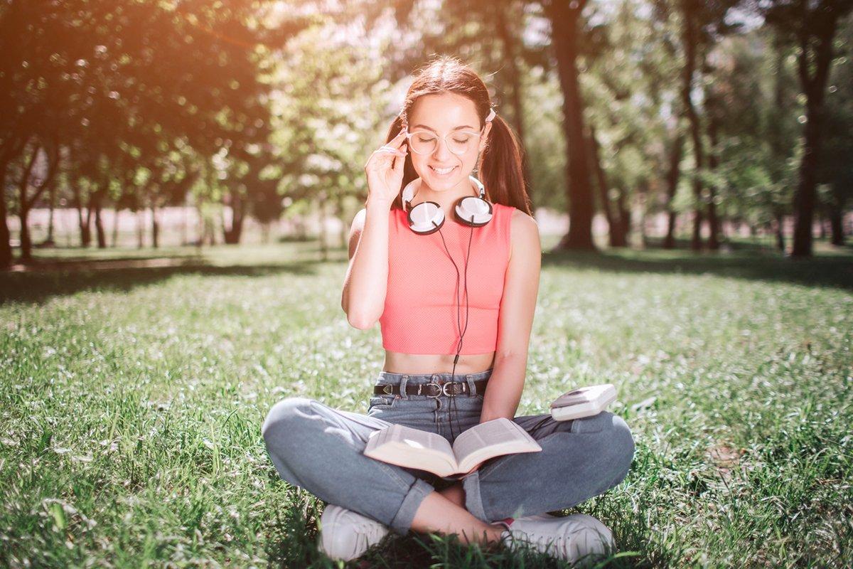 Chica lee y escucha audio